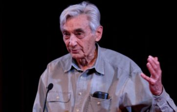 1280px-Howard_Zinn_at_lectern_cropped