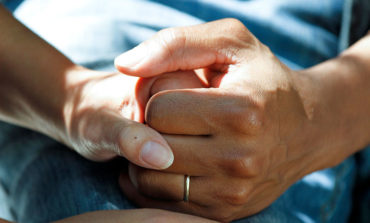800px-Couple_clasping_hands