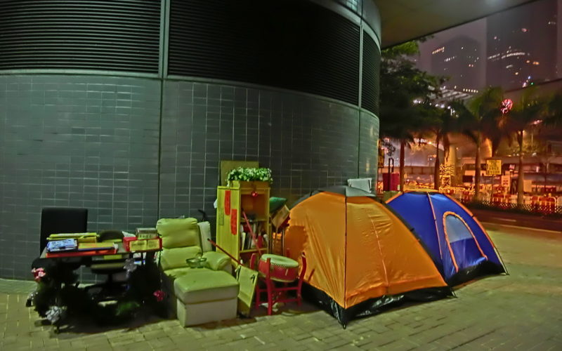 1280px-hk_central_piers_%e9%9c%b2%e5%ae%bf%e8%80%85_homeless_occupy_central_camps_night_april_2013